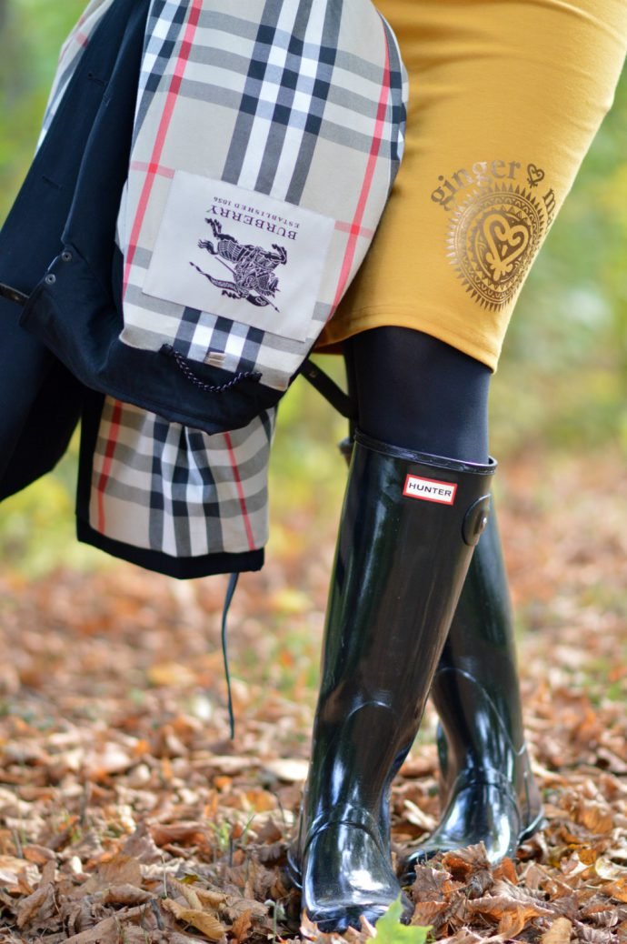 ginger mary skirt/ burberry trench coat/ hunter boots