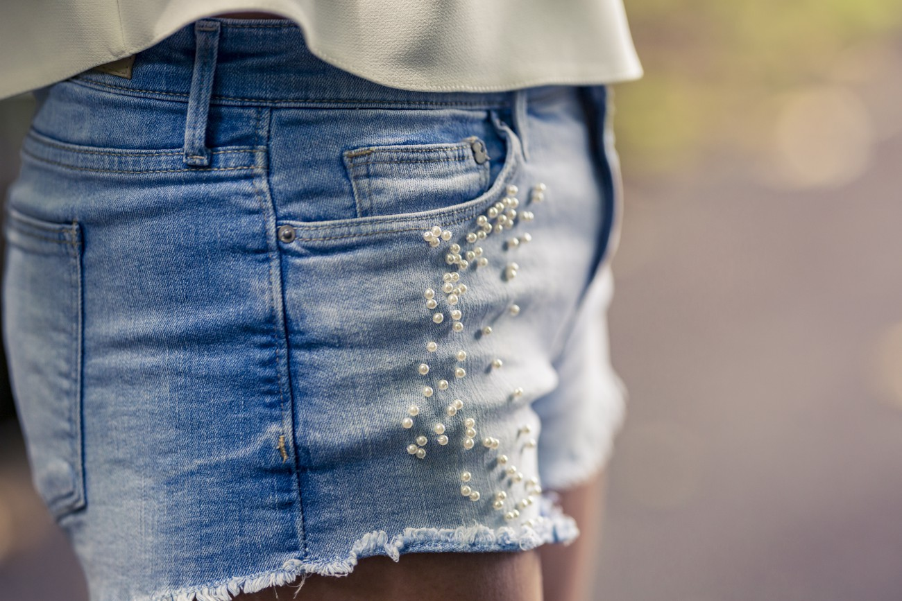 DIY pearl embellished denim/ currently wearing / swiss blog / blog suisse / blog mode