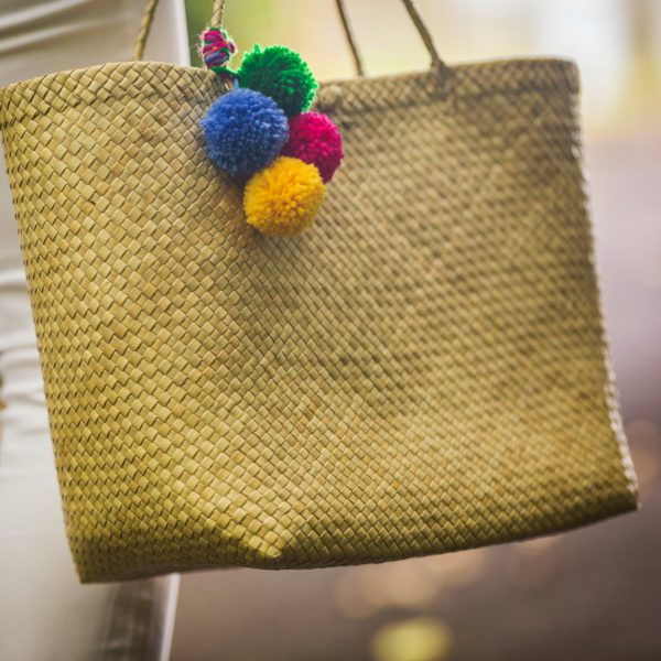 DIY pompoms_straw handbag