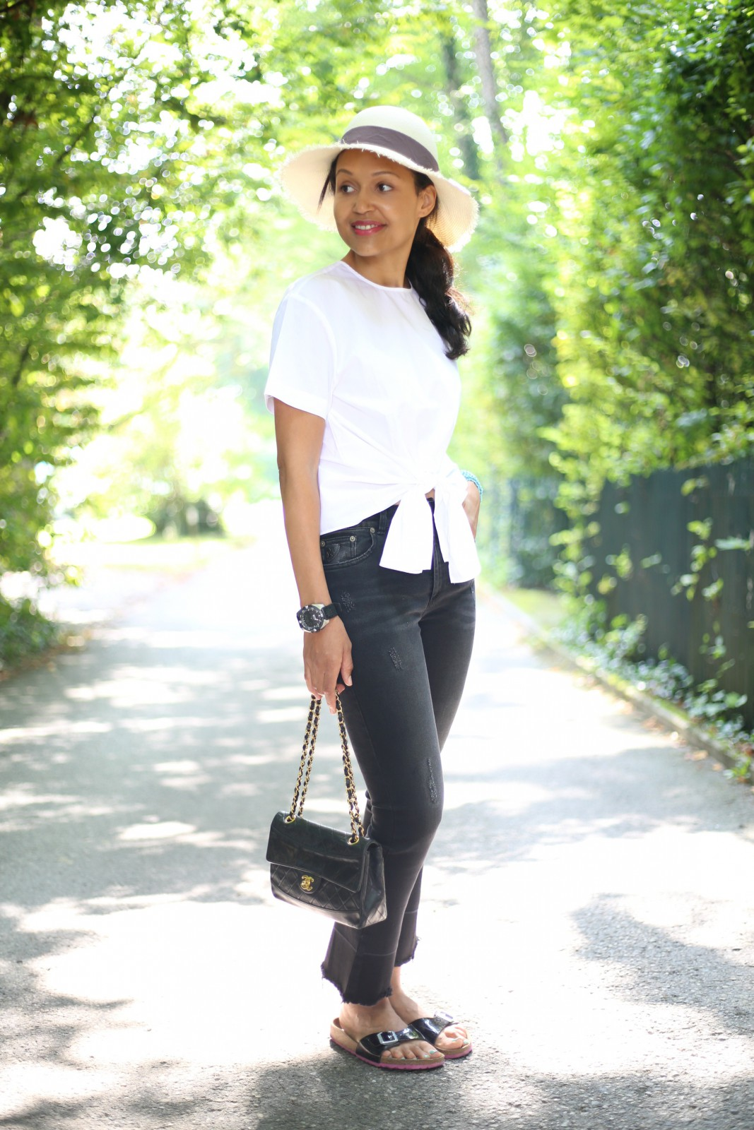 Chanel black bag/Swiss fashion blog/Black skinny jeans