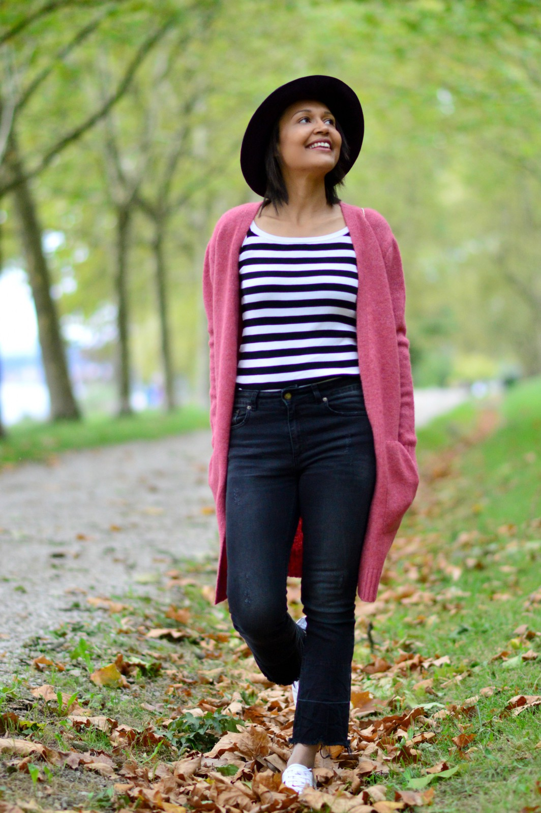 distressed hem jeans/pink cardigan