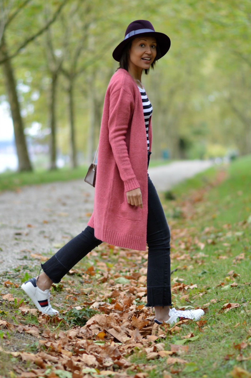 distressed hem jeans/pink cardigan/swiss fashion blog